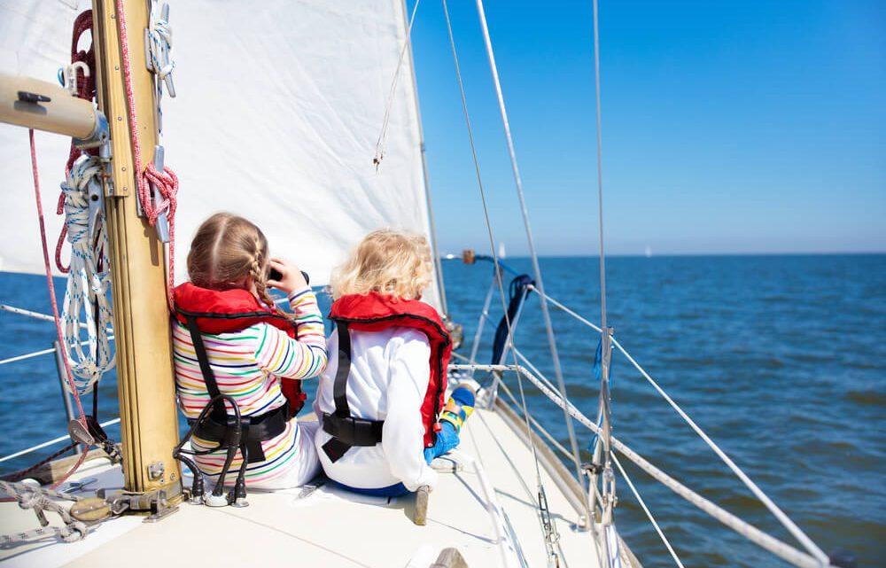 Маленькие дети на яхте в Сочи