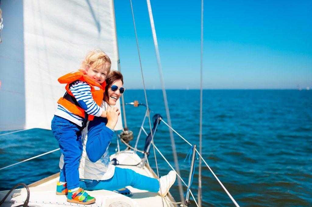 Мама с сыном на прогулке в море