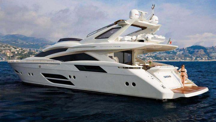 Белая и большая яхта в Сочи