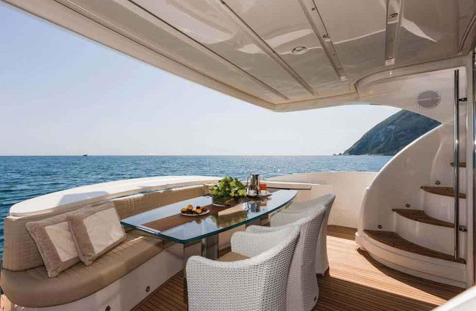На море мега яхта Сочи