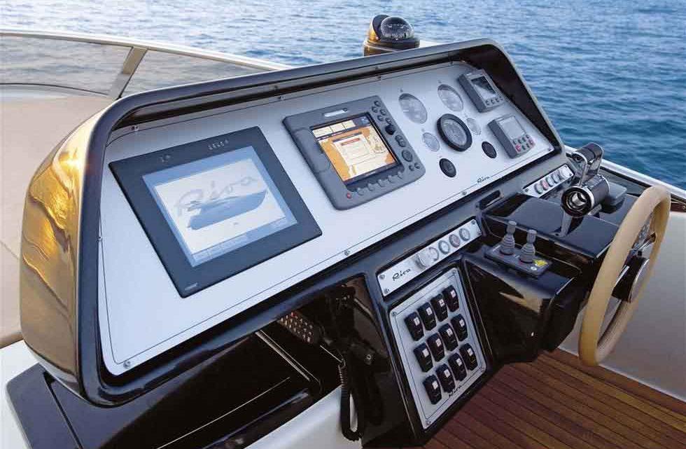 Комфортабельная и хорошая яхта