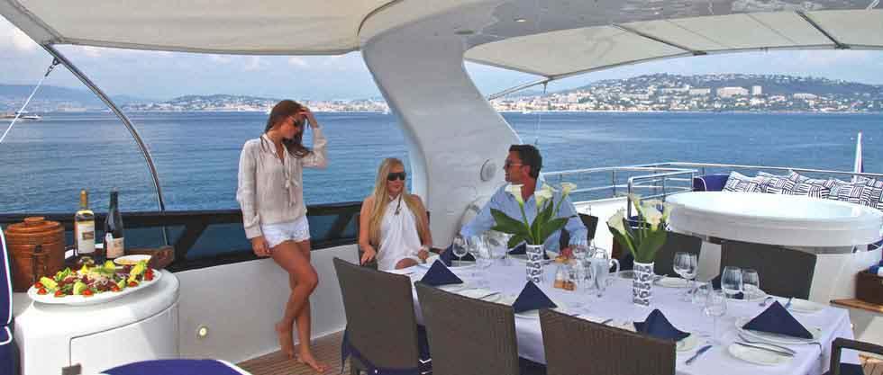 На море обед на яхте в Сочи