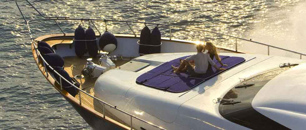 На закате яхта в Сочи