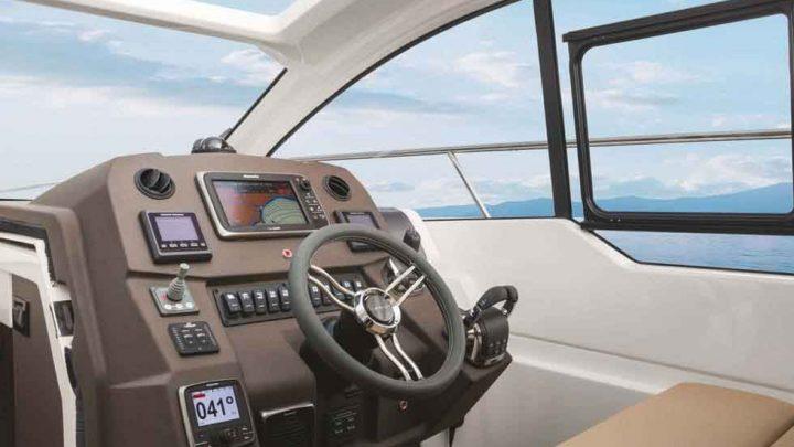 Кокпит и каюта на яхте