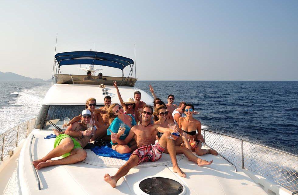 Яхта для веселой прогулки в море