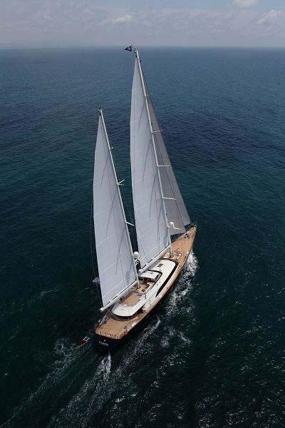Парусная яхта в открытом море
